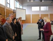 Dyrektorzy szkół z największą liczbą laureatów przyjmują gratulacje