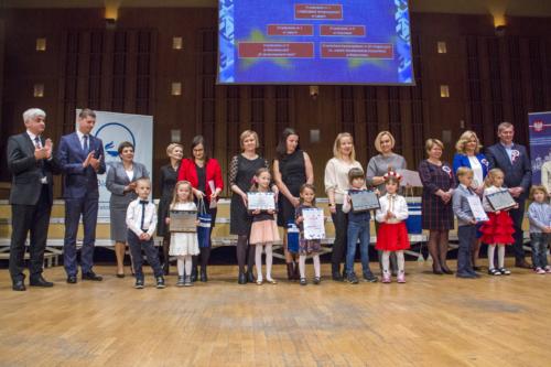 Przedstawiciele nagrodzonych szkół i przedszkoli.