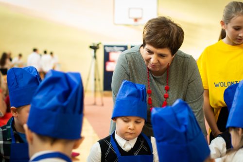 Podlaski Kurator Oświaty Pani Beata Pietruszka przygląda się działaniom dzieci.