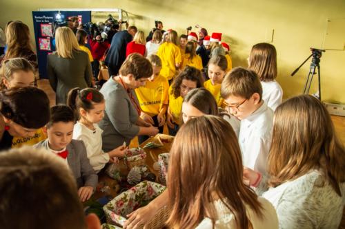 Podlaski Kurator Oświaty Pani Beata Pietruszka wraz z wolontariuszami przygotowują paczki.