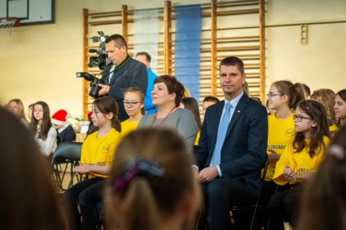 Minister Edukacji Narodowej Pan Dariusz Piątkowski oraz Podlaski Kurator Oświaty Pani Beata Pietruszka wraz z wolontariuszami.