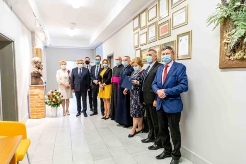 Pamiątkowe zdjęcie uczestników uroczystości nadania sztandaru Centrum Kształcenia Ustawicznego im. Henryka Sienkiewicza w Białymstoku