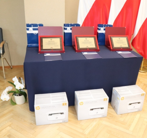 Na zdjęciu widoczne są nagrody dla laureatów konkursów przedmiotowych.