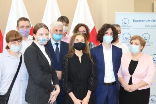 Na zdjęciu widoczni są laureaci konkursu wraz z Wojewodą Podlaskim Bohdanem Paszkowskim oraz Panią Beatą Pietruszką - Podlaskim Kuratorem Oświaty.