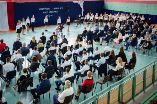 Uczniowie, rodzice oraz zaproszeni goście zgromadzeni na sali gimnastycznej Szkoły Podstawowej im. Adama Mickiewicza w Sokołach