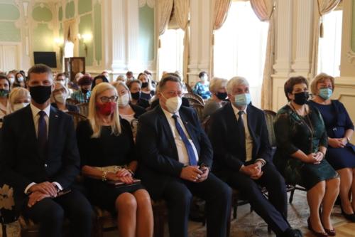 Podlaski Kurator oświaty , Wicekurator oświaty , Dariusz Piontkowski i inni zaproszeni goście podczas uroczystości dnia nauczyciela 2021.