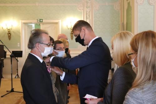 Dariusz Piontkowski Sekretarz stanu MEiN wręczający odznaczenia KEN nauczycielom.